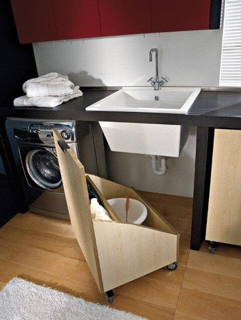 Lavanderia organizada com armário adaptado