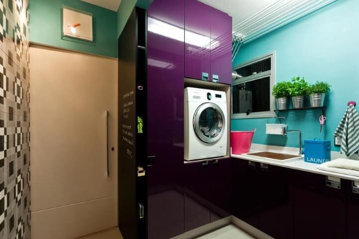 Lavanderia organizada com armário embutido roxo