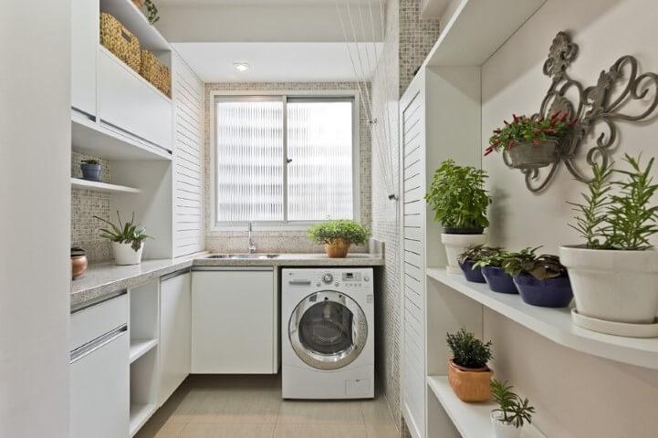 Lavanderia organizada com armários sob medida