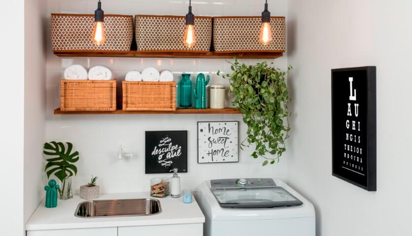 Lavanderia organizada com prateleiras e caixas organizadoras
