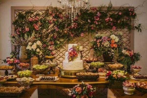 Mesa de bolo com painel de flores
