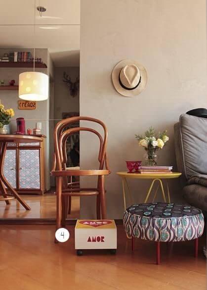 Mesa lateral amarela em sala de estar com cadeira de madeira ao lado Projeto de Casa Aberta
