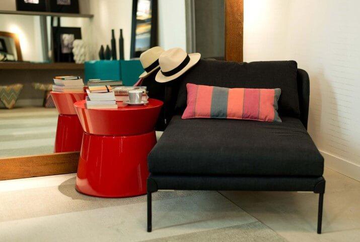 Mesa lateral vermelha ao lado de poltrona Projeto de Arch Design