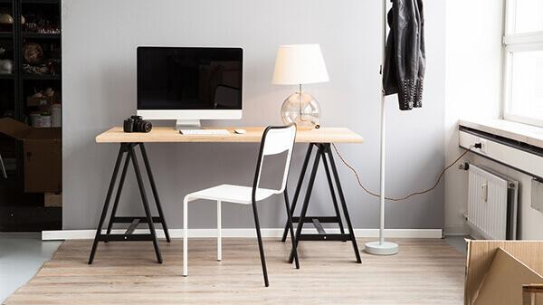 Mesa para escritório com cavaletes
