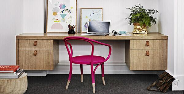 Mesa para escritório com gaveta fixada na parede