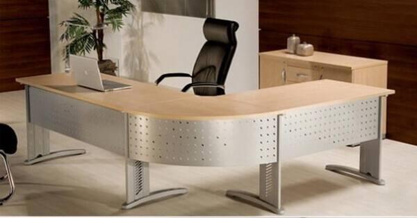 Mesa para escritório em L com acabamento de metal