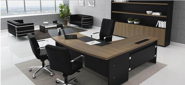 Mesa para escritório em L com acabamento madeira e preto