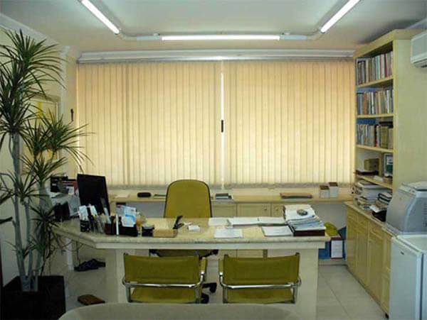 Mesa para escritório em L com cadeiras amarelas
