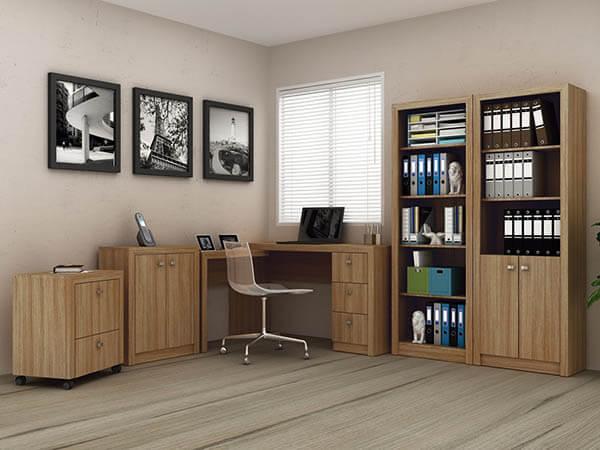 Mesa para escritório em madeira clara