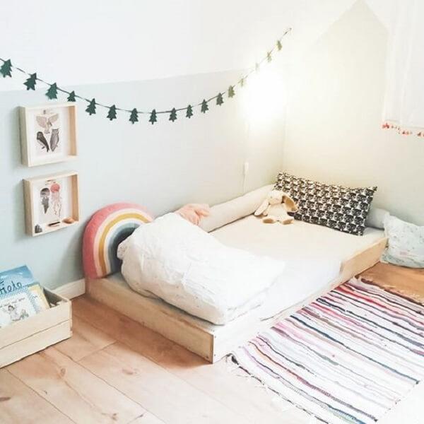 Modelo de quarto montessoriano simples com mini cama de madeira