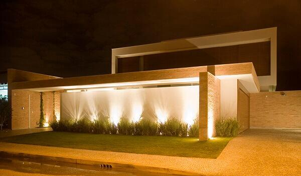 Muros de casas com iluminação