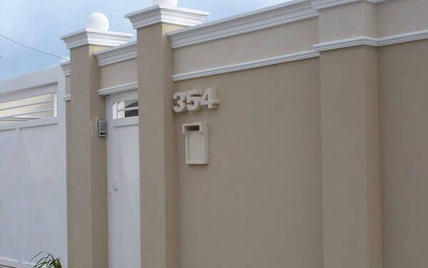 Muros de casas com molduras em concreto