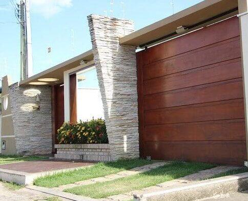 Muros de casas com portão em madeira