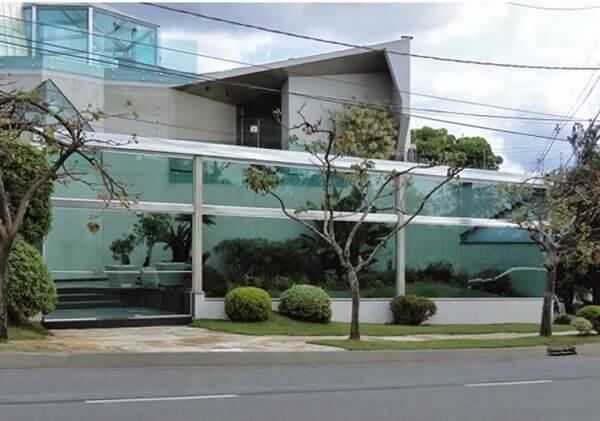 Muros de casas em vidro alto