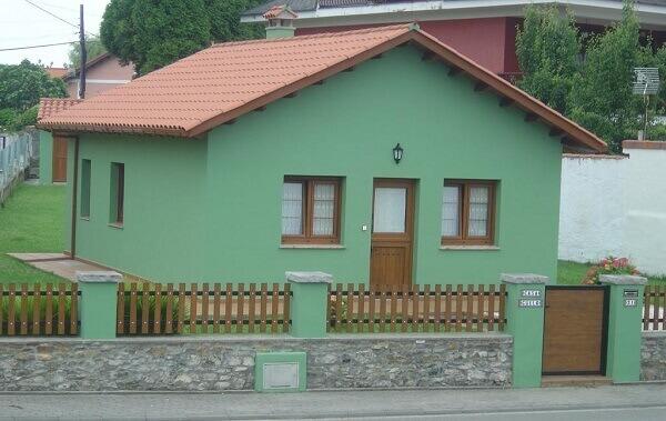 Muros de casas simples com grade de madeira