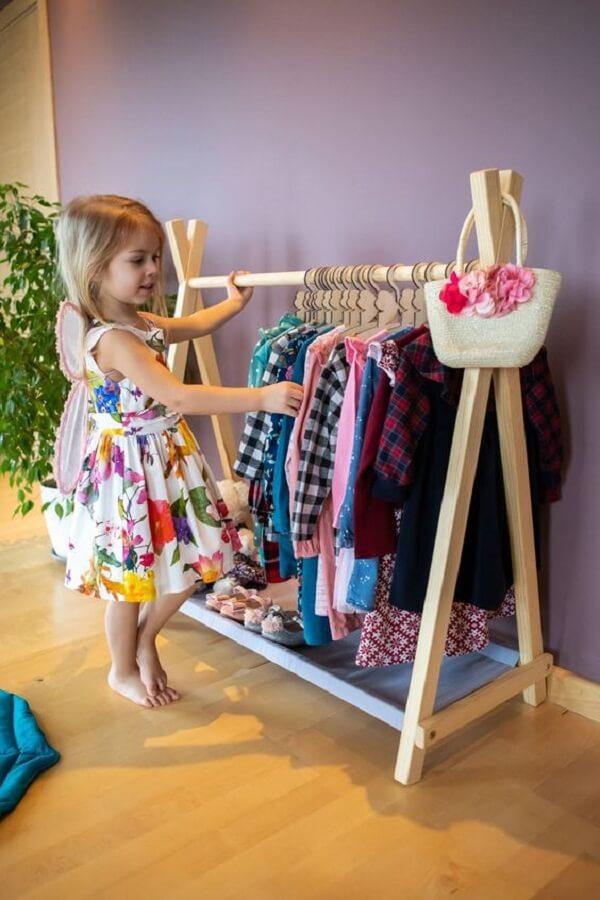 No quarto montessoriano as roupas ficam ao alcance dos pequenos