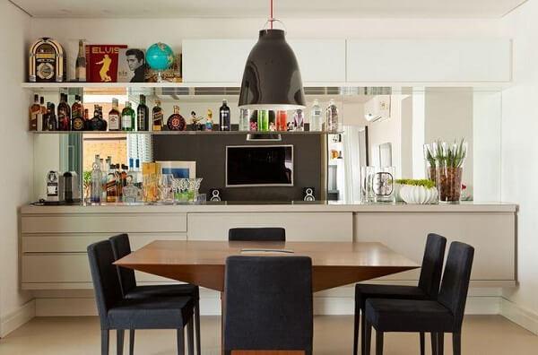 O modelo de buffet para sala de jantar foi feita sob medida para esse ambiente