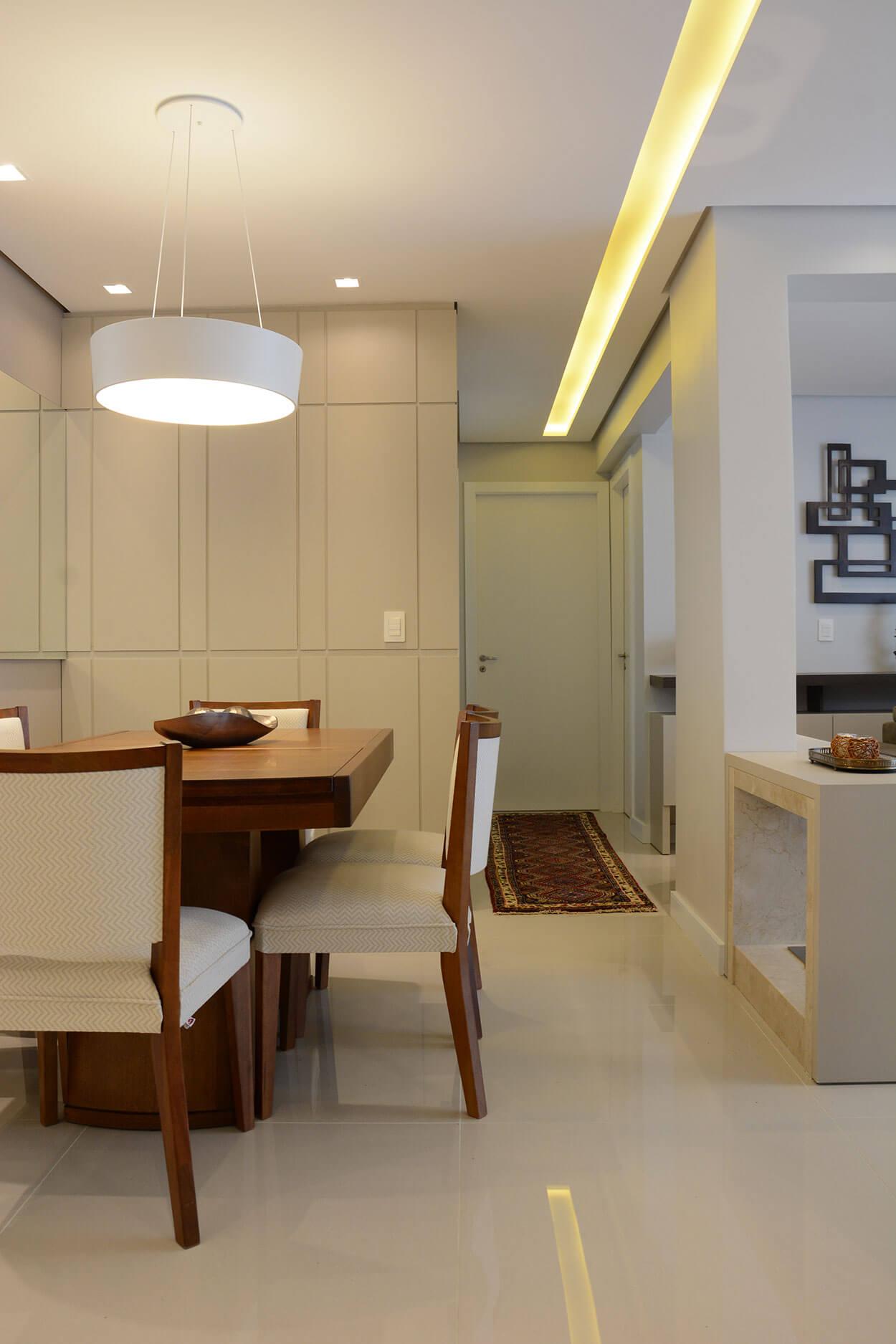 O rasgo na sanca de gesso percorre todo o corredor do apartamento