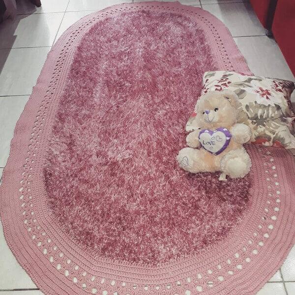 O tapete de crochê oval felpudo decora o quarto