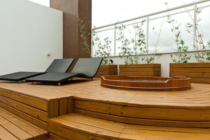 Ofurô embutido em deck de madeira Projeto de Juliana Pippi
