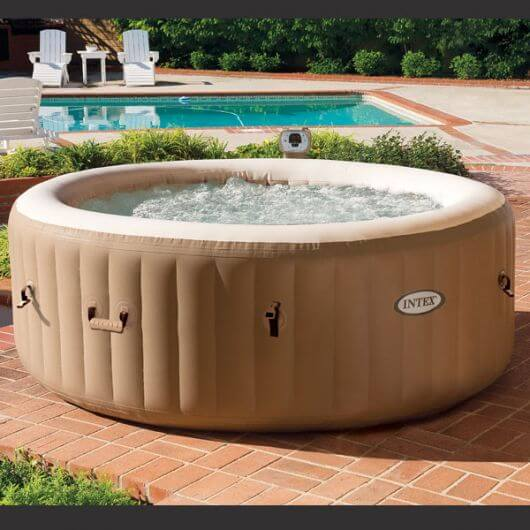 Ofurô inflável próximo à piscina