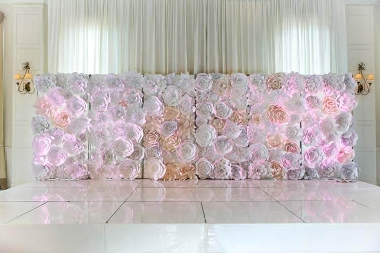 Painel com flores de papel brancas