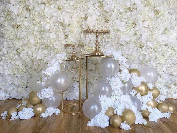 Painel de flores artificiais brancas