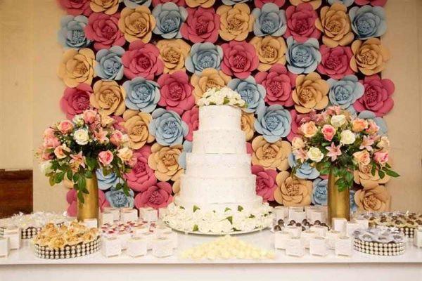 Painel de flores artificiais de papel e coloridas