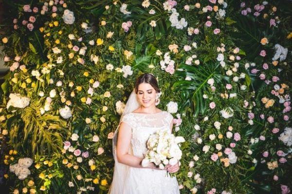Painel de flores brancas para festa de casamento