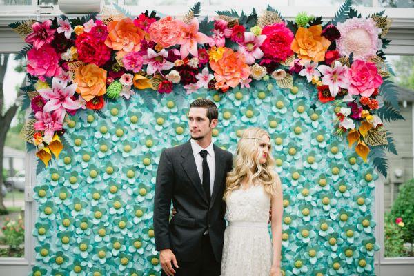 Painel de flores coloridas de papel para festa de casamento na praia