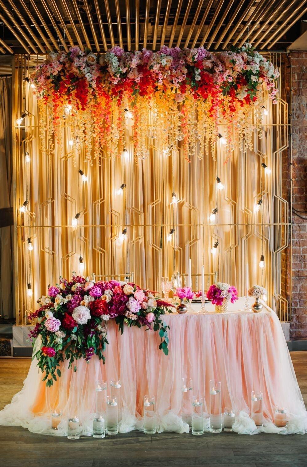 Painel de flores e luzes