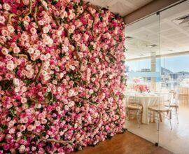 Painel de flores transforma a decoração do ambiente. Fonte: Inesquecível Casamento