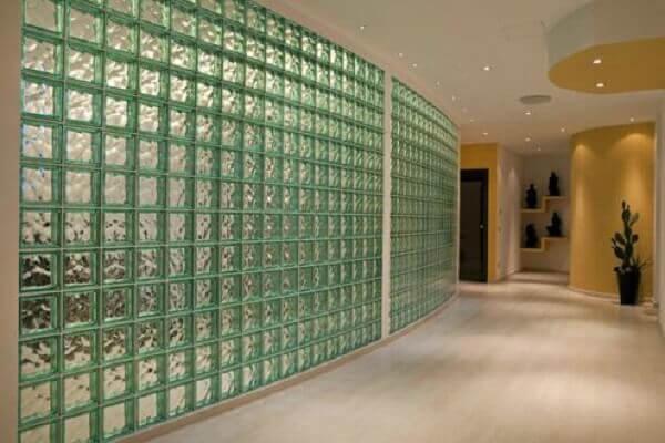 Parede de vidro com rejuntes em verde