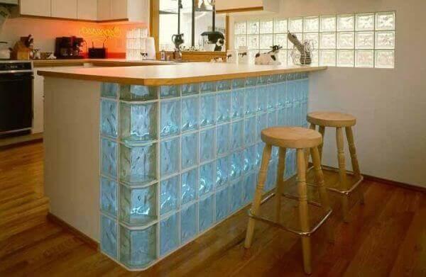 Parede de vidro em cozinha americana
