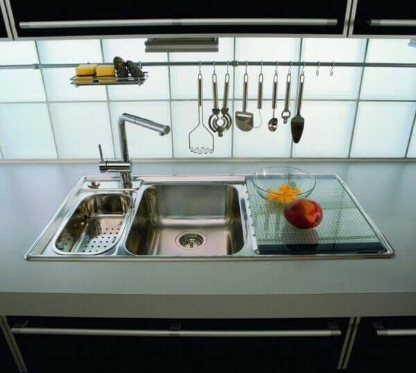 Parede de vidro em cozinha simples