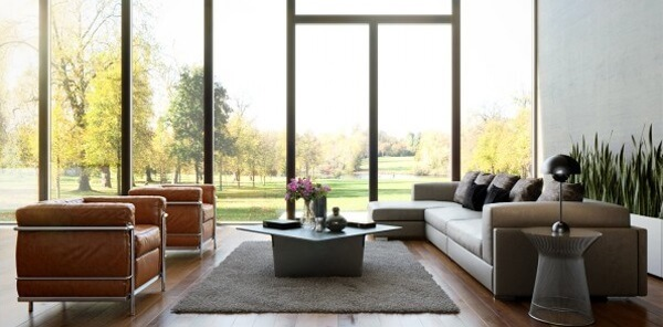 Parede de vidro em sala grande