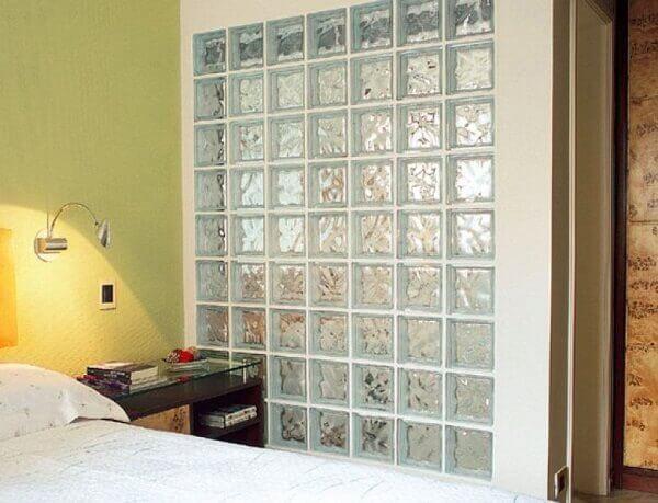 Parede de vidro no quarto pequeno