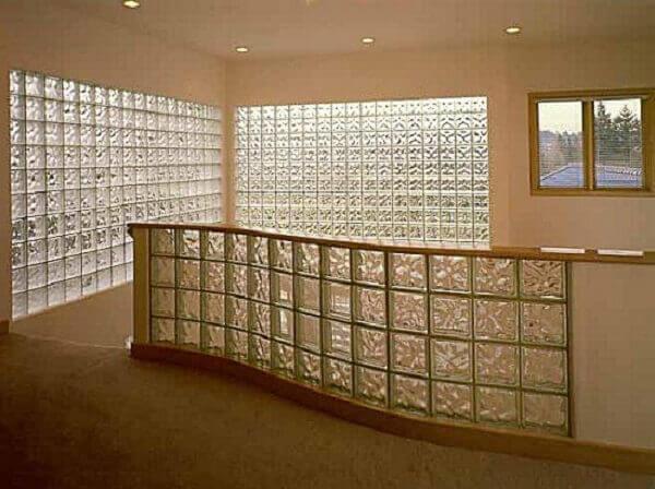 Parede de vidro para sala de estar pequena