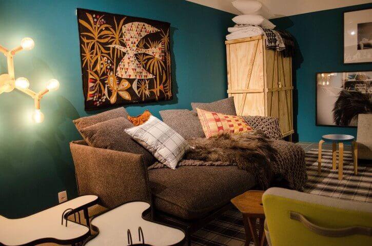 Parede em tons de azul Tiffany em sala aconchegante Projeto de Casa Cor SP 2017