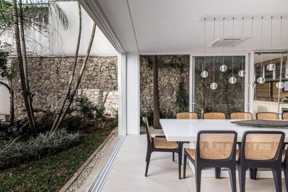 Pedras para jardim atrás da sala de jantar Projeto de Catepoli