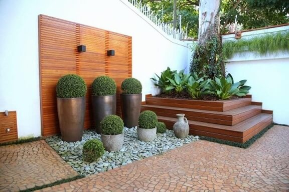 Pedras para jardim brancas com vasos de plantas Projeto de Meyer Cortez