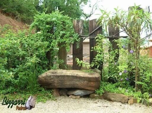 Pedras para jardim como banco e no chão Projeto de Pedras Bizzarri