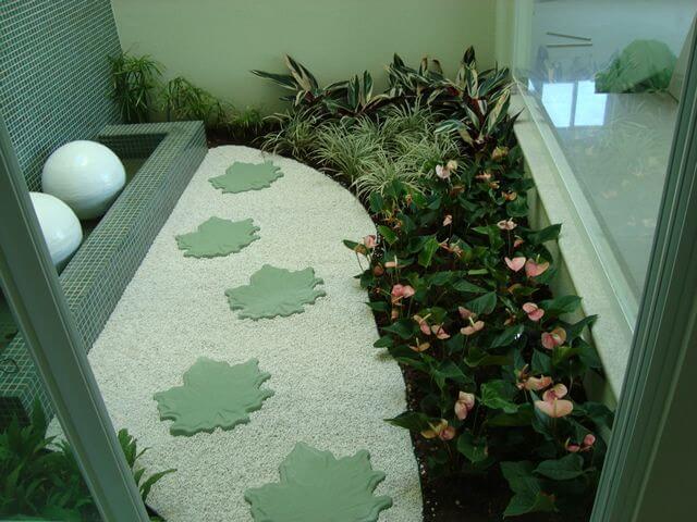 Pedras para jardim de inverno com caminho de pedras com formato de folha Projeto de Elaine Mattos Motta