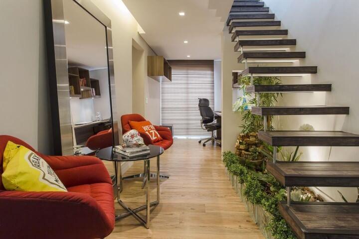 Pedras para jardim de inverno embaixo da escada