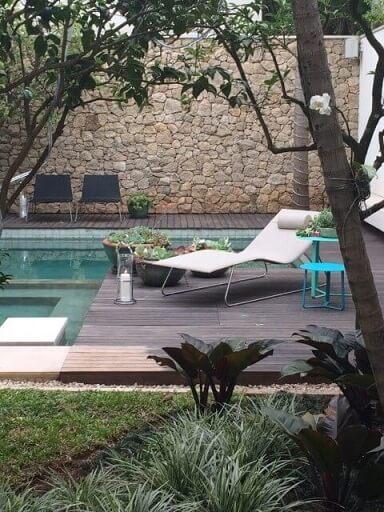 Pedras para jardim em volta da piscina Projeto de Catepoli