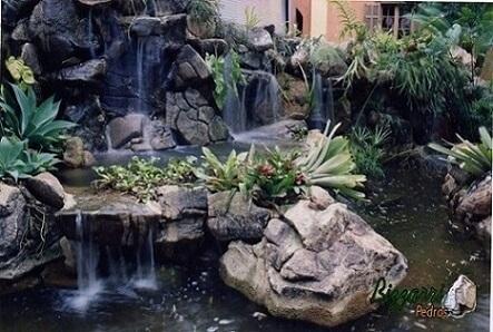 Pedras para jardim grandes em lago ornamental com cascatas Projeto de Pedras Bizzarri