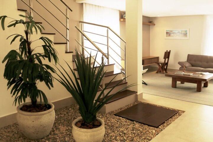 Pedras para jardim interno com vasos de plantas Projeto de Rawi Arquitetura