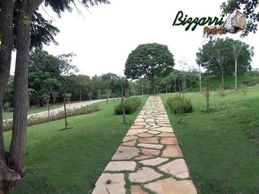Pedras para jardim irregulares formando caminhos Projeto de Pedras Bizzarri