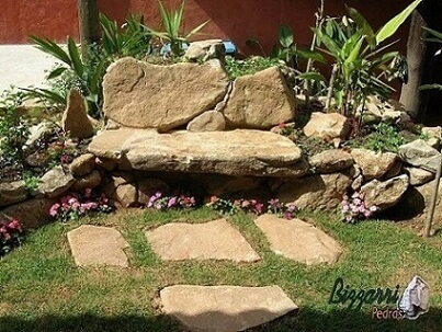 Pedras para jardim granito como caminho e banco Projeto de Pedras Bizzarri