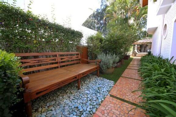 Pedras para jardim sob banco de madeira Meyer Cortez